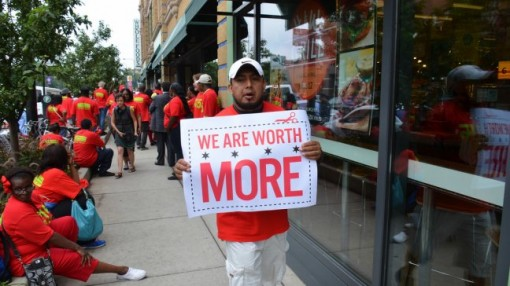 US fast food workers protest in Chicago for a $15 living wage. Photo: http://www.flickr.com/photos/ari/ Steve Rhodes
